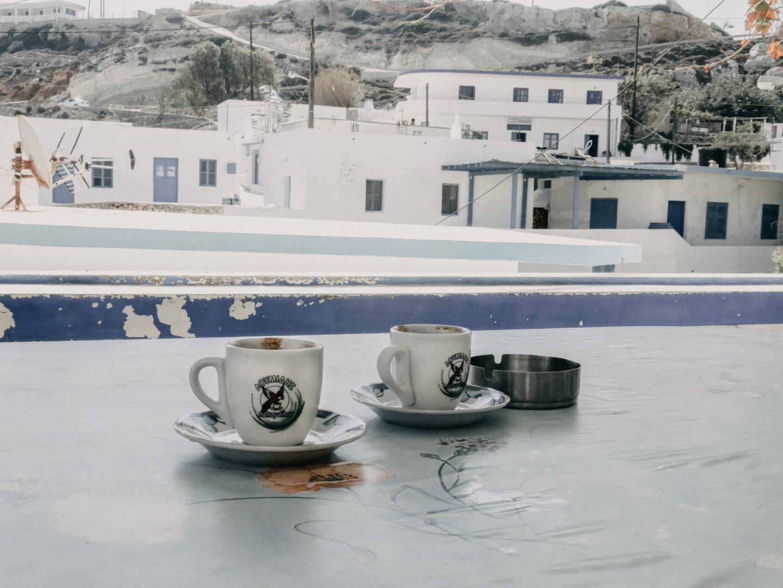 Fruehstueck im Kafenion der kleinen Insel Antikythira. Der griechische Kaffe ist sehr gut, das Fruehstueck sehr einfach.