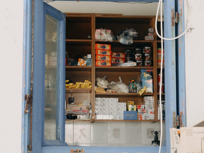 Kafenion Antikythira hat einen kleinen Lebensmittelshop. Die einzige Moeglichkeit auf der Insel Lebensmittel zu kaufen.