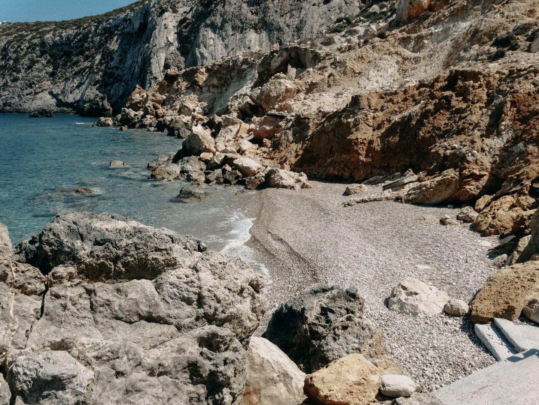 Potamos beach, der Dorfstrand der Insel Antikythira liegt im Hafen. Wunderschoenes tuerkisblaues Wasser.