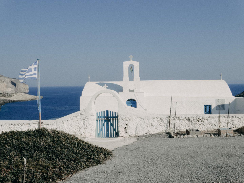 Die Kapelle Agios Nikolaos liegt am Bergruecken Richtung des Strandes Xiropotamos