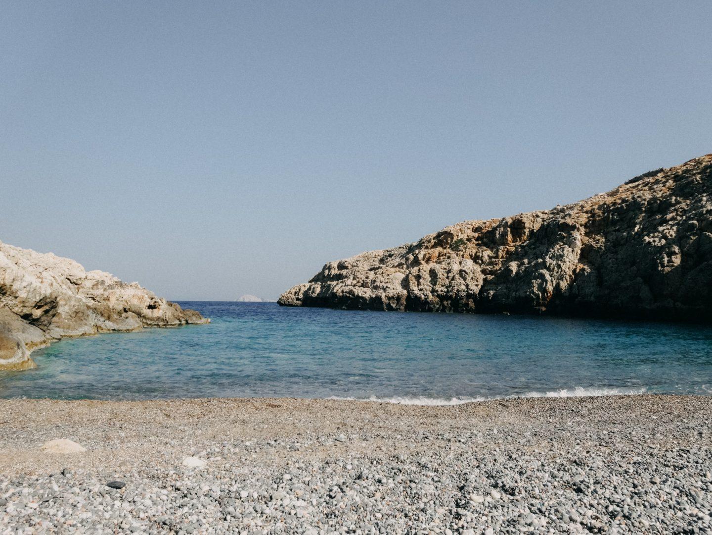 Xiropotamos beach auf Antikythira. Eine einsame Bucht mit wunderschoenem tuerkisblauem Meer