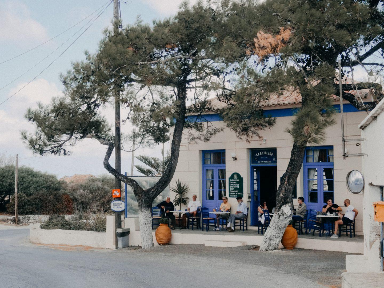 Das Kafenion Aroniadika im gleichnamigen Dorf auf der Insel Kythira ist ein Treffpunkt für die Einheimischen der Umgebung. Besonders beliebt für griechischen Kaffee, Frappe, Ouzo und Mezedes. Es bietet auch traditionelle griechische Kueche.