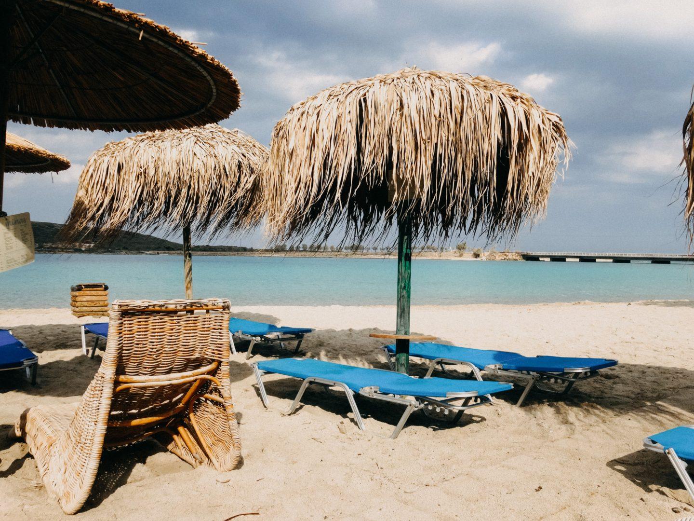 Cafe Minas am Diakofti beach bietet Liegen und Sonnenschirme im feinen Sandstrand