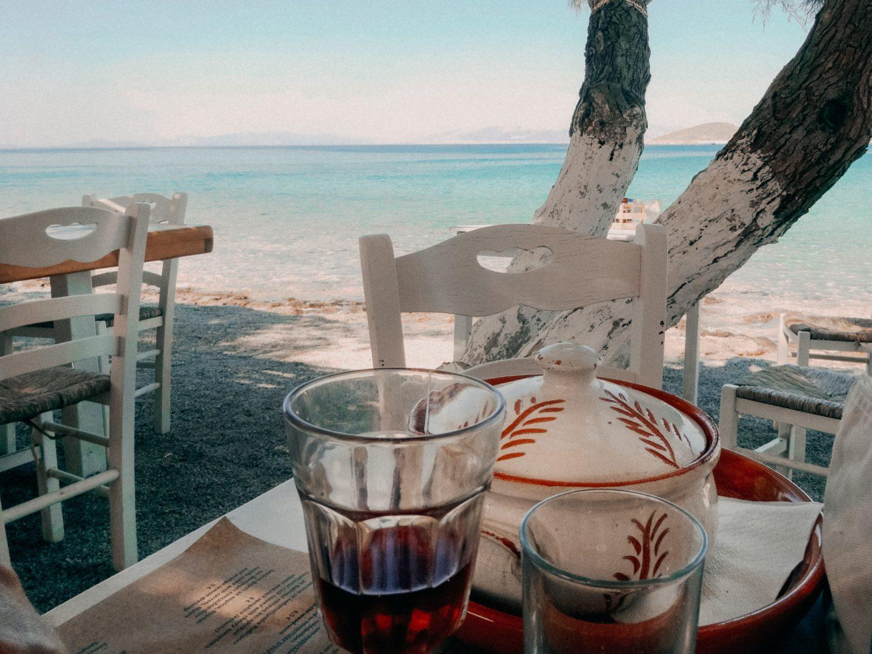 Taverne Manolis hat eine ausgezeichnete griechische Kueche und liegt herrlich direkt am Meer