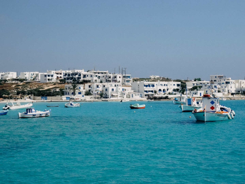 Hafenbucht von Koufonissi mit Fischerbooten und türkisblauem Meer - ein Traum