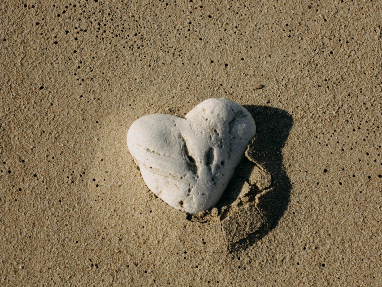 ein Herz aus Stein im Sandstrand