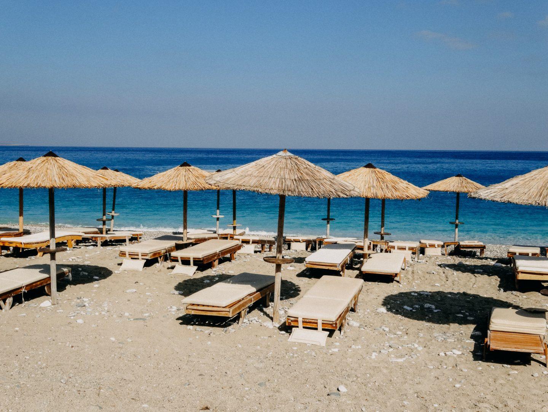 KOmbonada beach ist relativ ruhig gelegen und bietet Schirme, Liegen und ein ekleine Kantine, die sporadisch geoeffnet ist.
