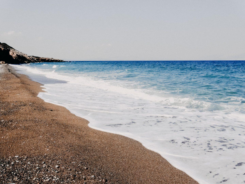 Lagada beach, suedlich des Ortes Agia Pelagia an der Ostkueste. Dieser Strand besteht aus groeberem roetlichem Sand, ist sehr gepflegt und mit Liegen und Schirmen und einer sehr netten Strandbar ausgestattet. Ein wunderschoener Strand auf Kythira.