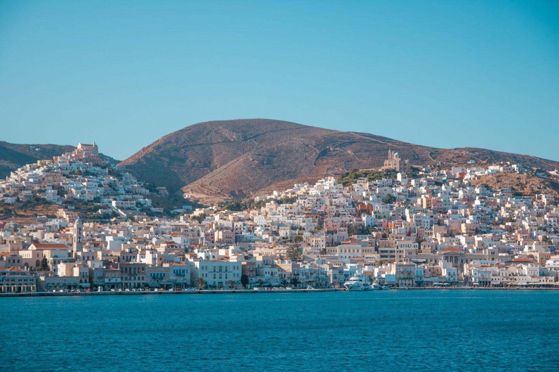 Syros - Ermoupolis ist auf zwei Hügeln gebaut. Eine große Stadt mit engen Gassen und tausenden Stufen. Pastellfarbene Häuser und schöne Kirchen, kleine Cafe's und Tavernen laden zum verweilen ein.