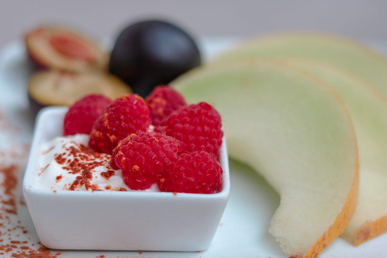 griechisches Joghurt mit Himbeeren und Zimt