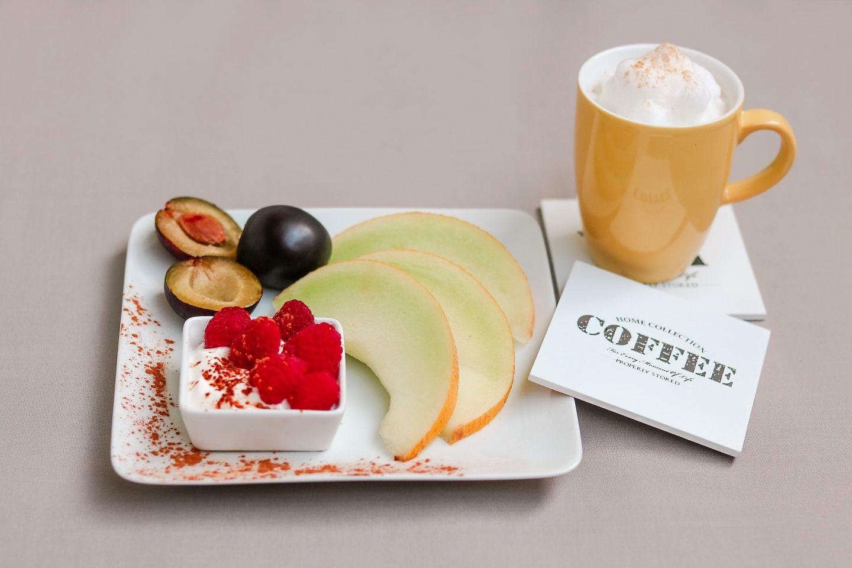 Cappuccino mit Kardamon und Joghurt mit Obst und Zimt ist ein Genussfruehstueck