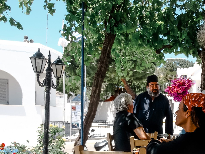 Plauderei im Kafenion im Dorf Kostas