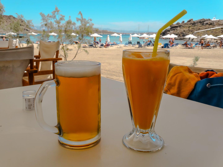 Monastiri Beach - Strand mit Liegen, Schirmen und Taverne
