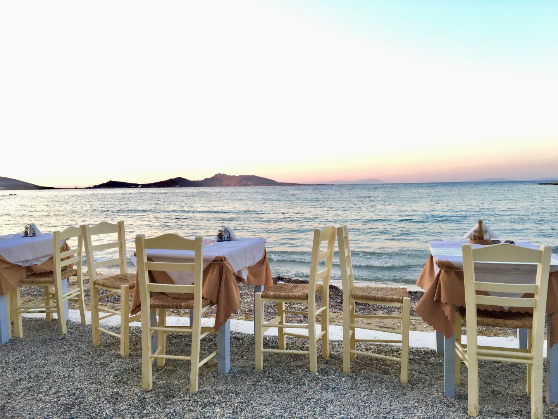 Naoussa Ouzerie Mitsi am Strand mit schönem Sonnenuntergang