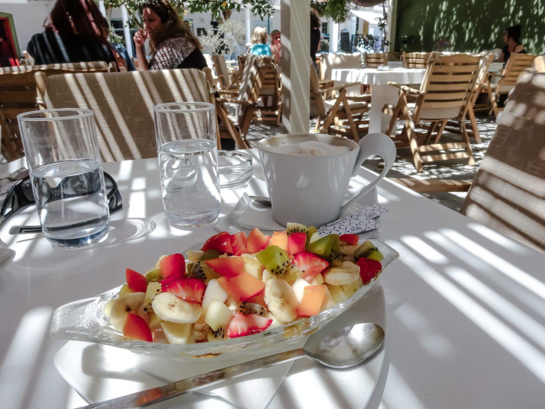 Naoussa - Frühstück im Cafe Konstantza