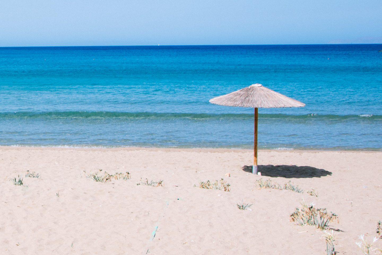 Syros Strände - hier am Kini Beach gibt es feinen Sand und ein wunderschönes, türkisfarbenes, glasklares Meer.