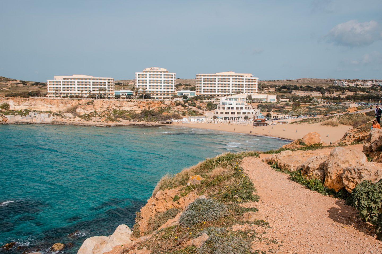 Golden Beach auf Malta mit feinem goldgelbem Sand und riesigem Raddisson Hotel neben der Bucht