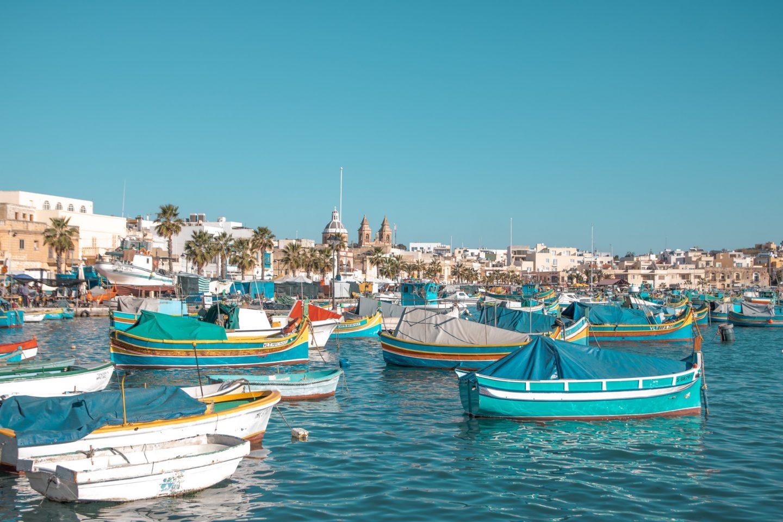 Malta, Marsaxlokk - hunderte bunte Fischerboote im Hafen