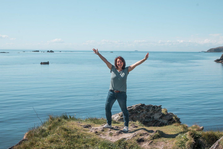 Grüner Felsen bei der Destillery Ardbeg - blaues Meer und ein tolles Gefühl von Freiheit.