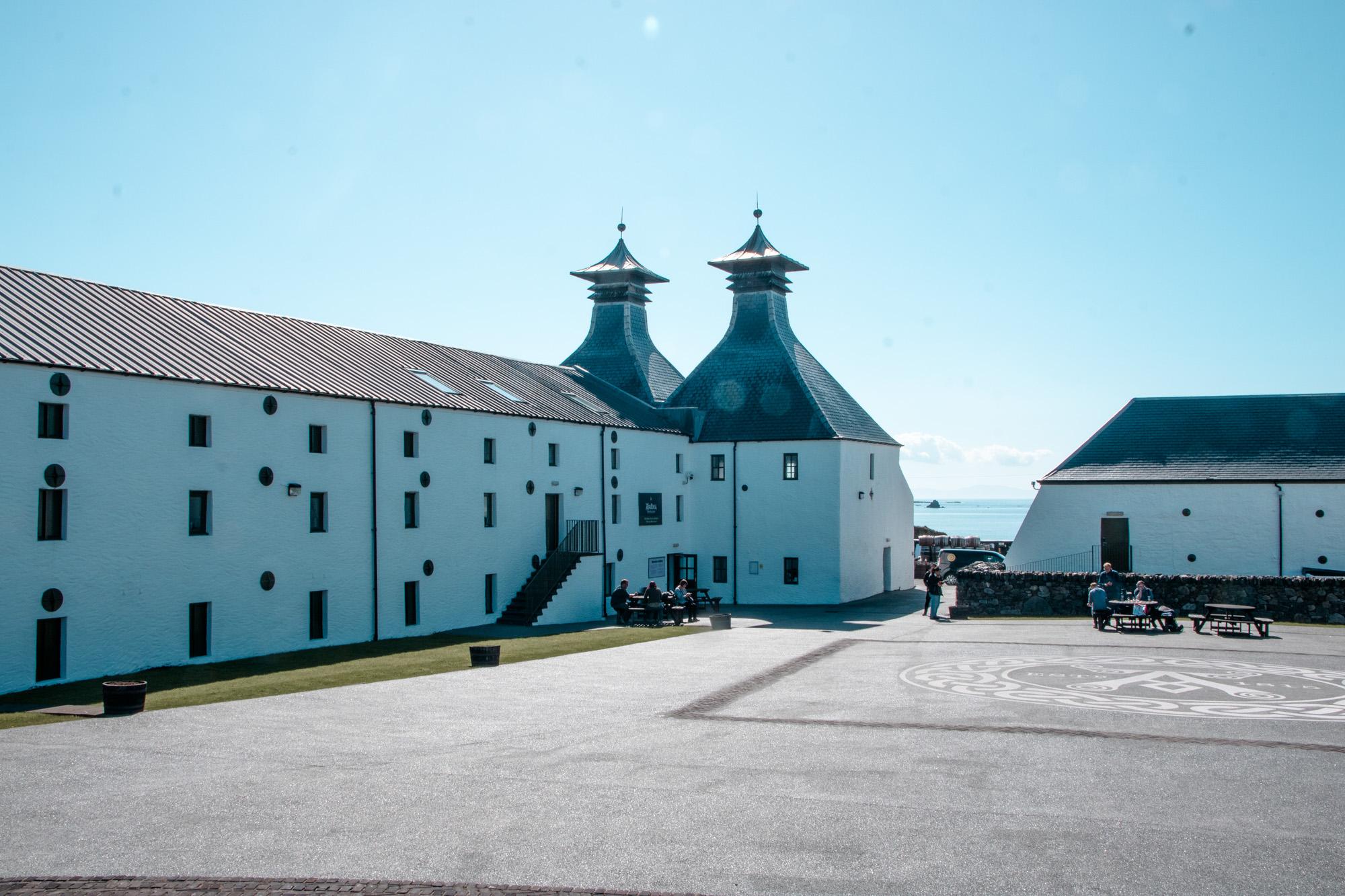 Ardbeg Destillery - Whisky Destillery auf der Insel Islay, Schottland