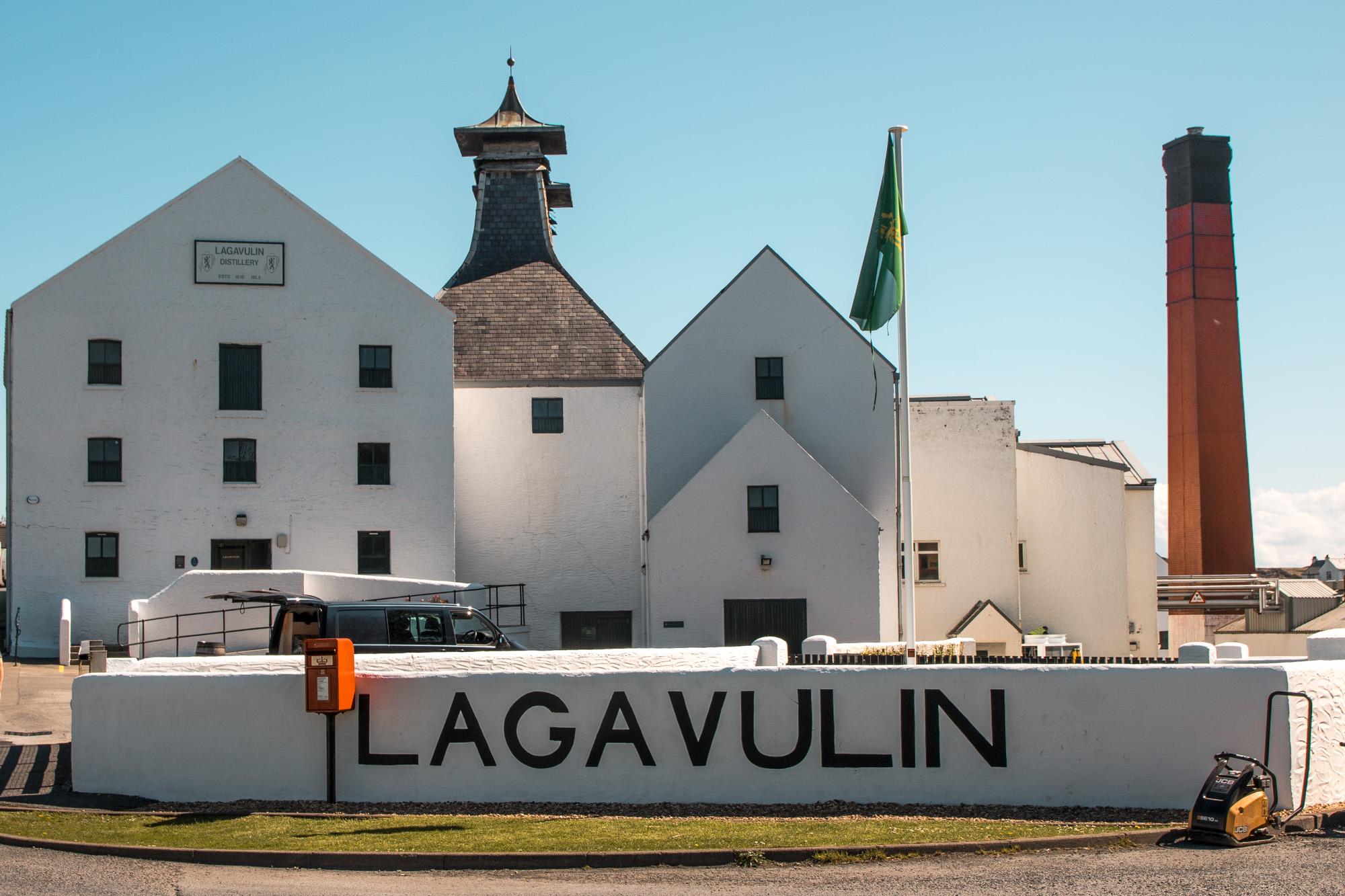 Lagavulin Destillery - Whisky Destillery auf der Insel Islay, Schottland