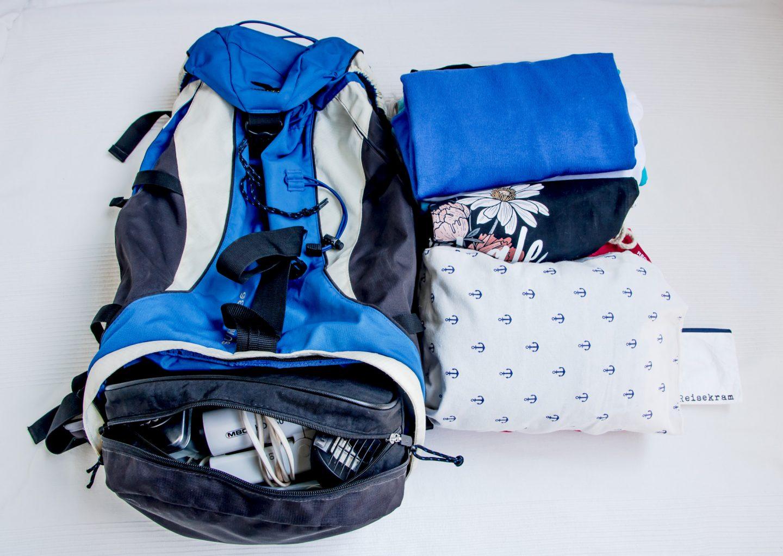 die Packliste zum Inselhüpfen ist fertig hergerichtet - für den blauen Rucksack