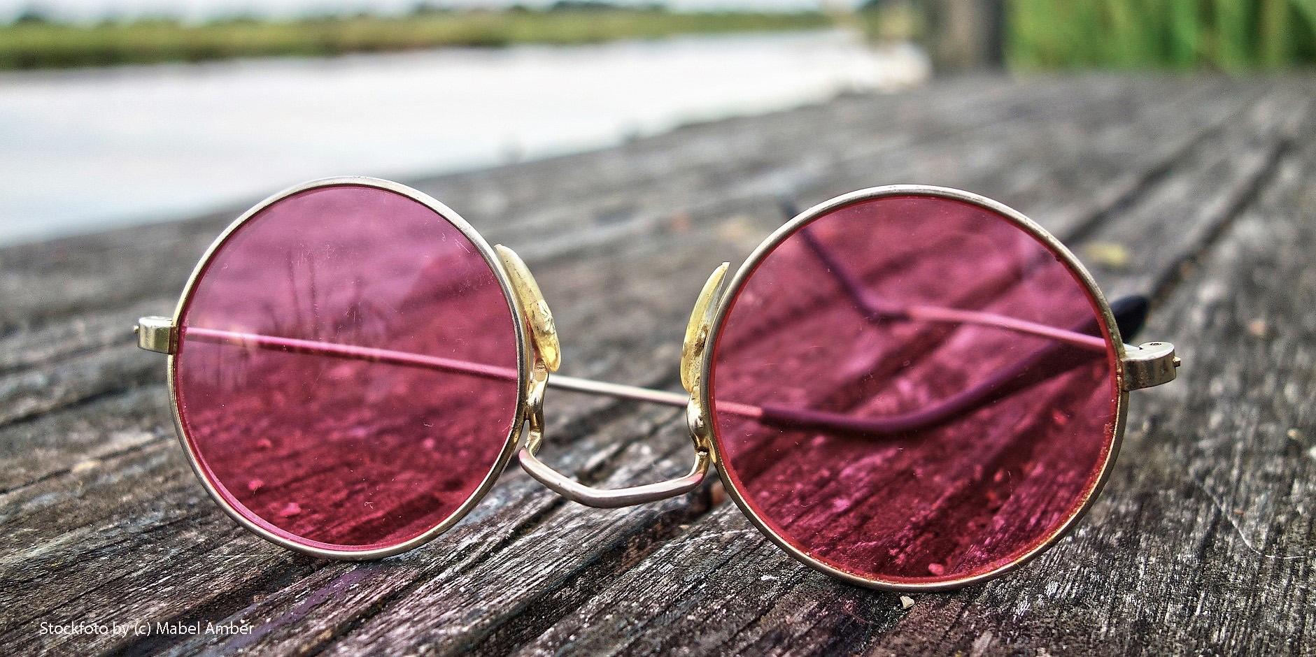 rosarote Brille auf einem Steg