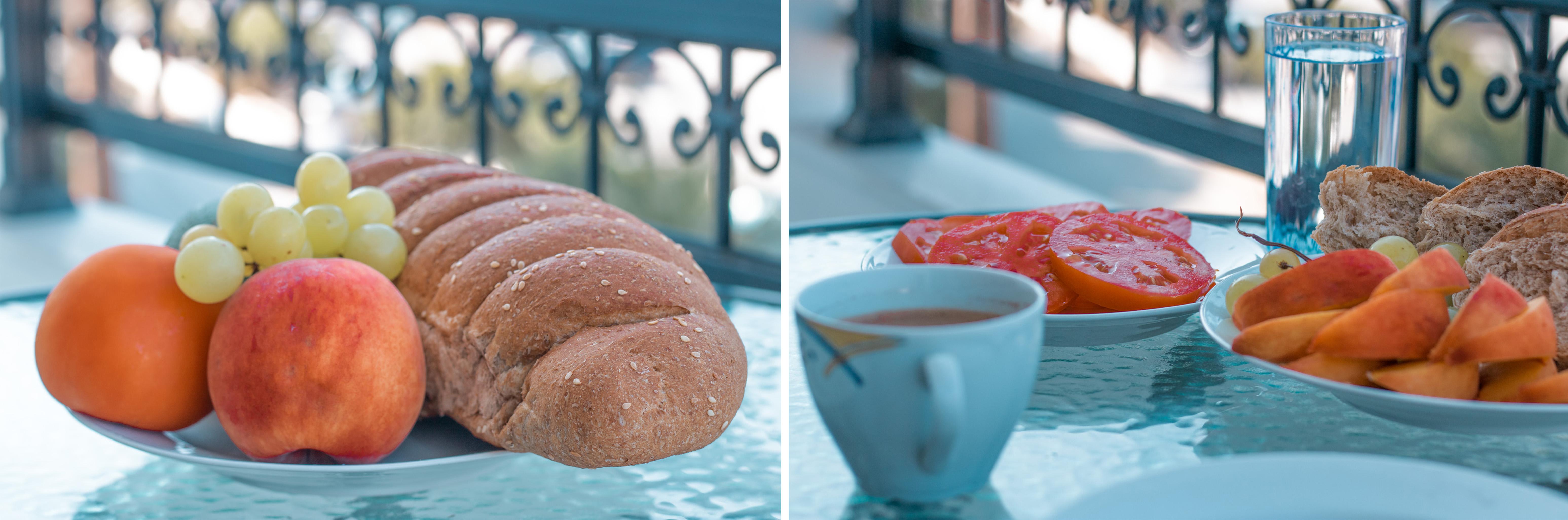 In Fourni machen wir selbst Frühstück am Balkon - es gibt Brot, Tomaten, Nektarine, Weintrauben und griechischen Kaffee - wir leben vegan