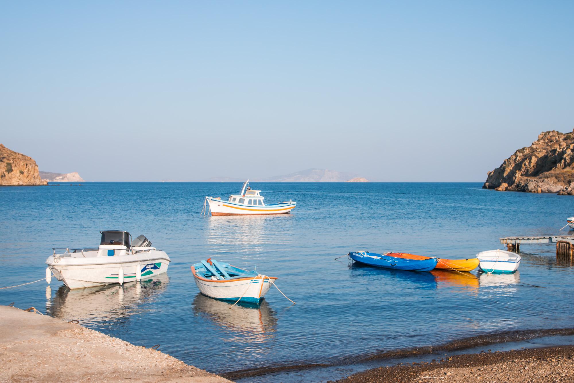 Patmos Idylle am Strand mit kleinen Booten