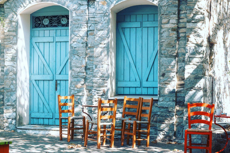 Ikaria Akomatra Stille - ein paar Stühle und kleine Tischen, menschenleer